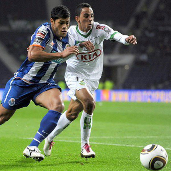 Zeca representing Vitória FC, playing against FC Porto in his debut on 1st League.